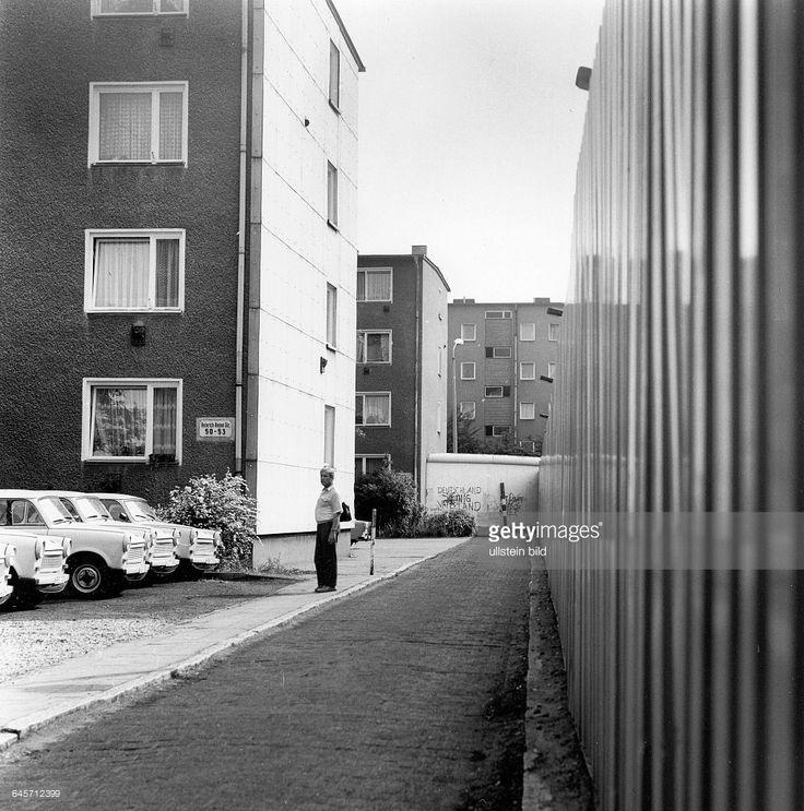 berlin anfg 1990 ostberliner wohnh user unmittelbar am m a u e r berlin heinrich. Black Bedroom Furniture Sets. Home Design Ideas