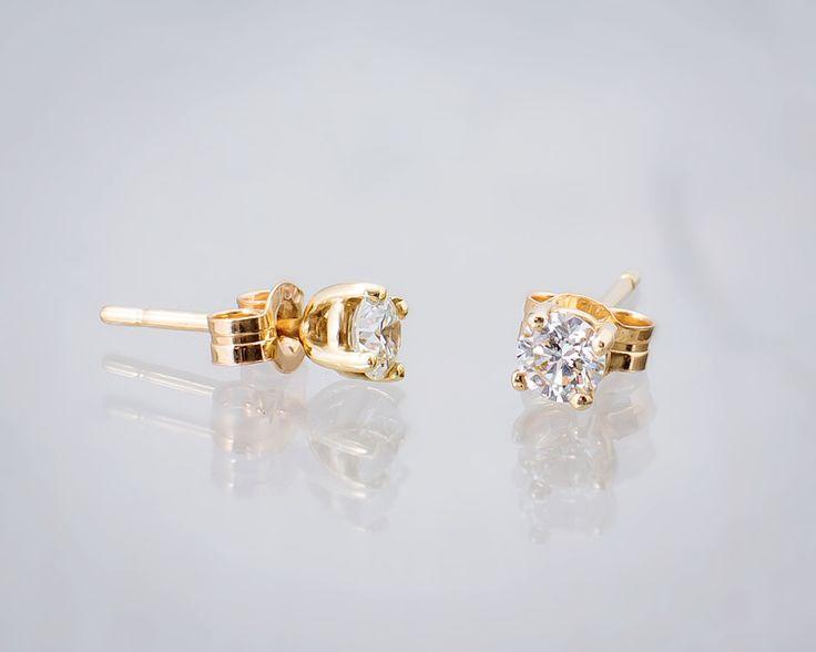 Kolczyki z diamentami - subtelny dodatek dla eleganckiej panny młodej.  #wedding #ślub #kolczyki #earings #diamenty #slubneinspiracje