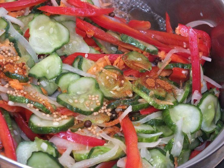 Przepyszna sałatka ogórkowa z dodatkiem czerwonej papryki, cebuli, marchewki i czosnku. Do tego zestawu dodajemy jeszcze pikantny składnik w proszku - pieprz cayenne. Przepis na pikantna ogórkowa sałatka z papryką.