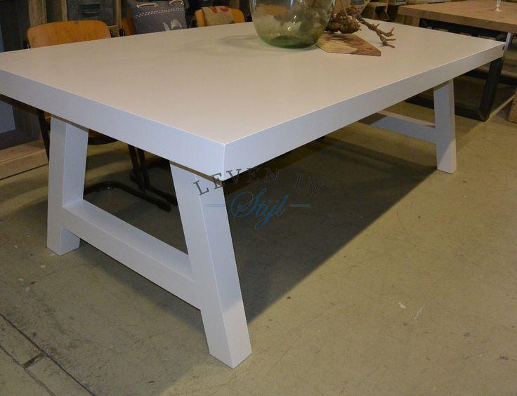 <p>Luxe witte tafel met een big top tafelblad, zoals de naam al aangeeft heeft deze tafel een dik tafelblad wat wij maken van een mooie kwaliteit gedroogd massief eikenhout. Deze tafel is zeer geschikt wanneer u een grote tafel wenst maar geen balk over de hele lengte van de tafel tussen de poten wenst. Wij maken deze tafel in alle afmetingen, ook de kleur en dikte van het tafelblad kan naar wens worden aangepast.</p><p></p>