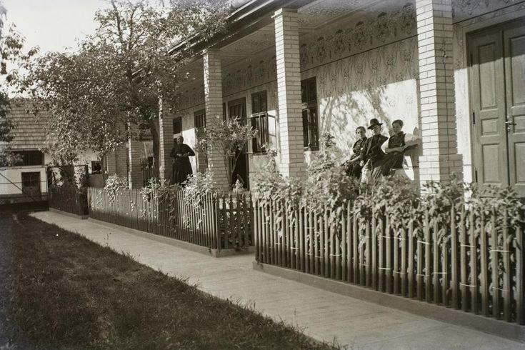 A tornácon - falusi életkép 1936-ból. Fotó: Pálfi András