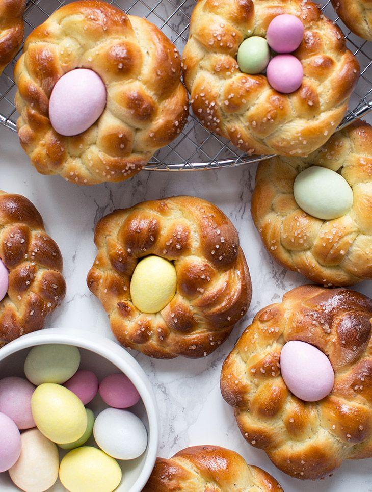 Søde påskebrød formet som påskereder med pastelfarvede påskeæg - en fin tradition til påskebordet - morgen som eftermiddag - få opskrift her