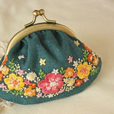 . 昨日の刺繍は、ギャザー入りのがま口になりました . . #刺繍#手刺繍#ステッチ#手芸#embroidery#stitching#자수#broderie#bordado#вишивка#stickerei#花の刺繍#がま口