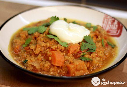 Cómo preparar un Dahl o curry de lentejas rojas. Receta de uno de los platos más famosos de la cocina vegetariana y de la alimentación en la India.