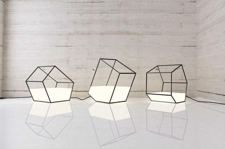 Le designer basé au Kazakhstan, Nissa Kinjalina, a créé cette série de lampes à poser qui donnent l'impression que de la lumière a été versée dans une structure en métal.