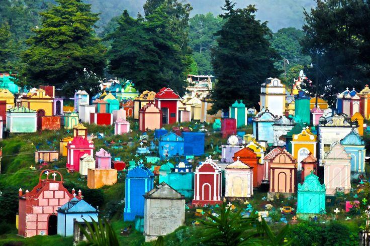 Der farbenfrohe Friedhof von Chichicastenango, Guatemala.