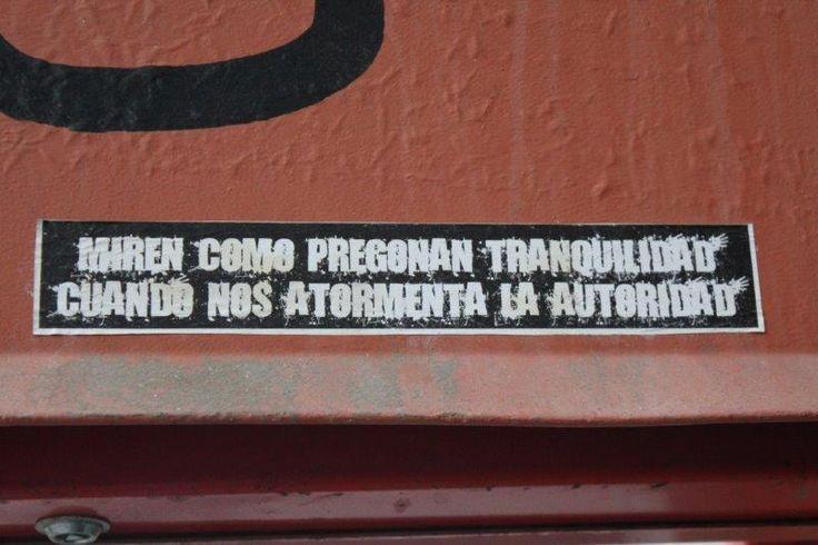 Sticker Miren como pregona tranquilidad cuando nos atormenta la autoridad (Violeta Parra) (Valparaíso)