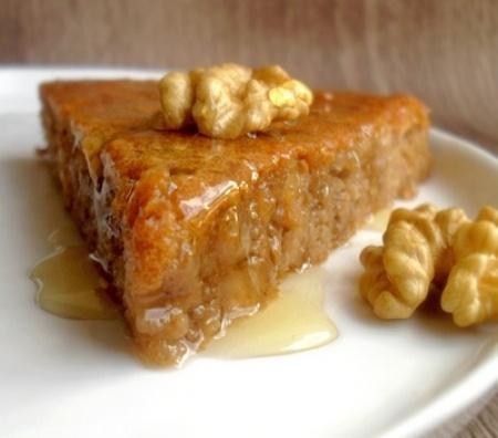 Recette gâteau aux noix et au miel par Mathilde : Ce gâteau est trooop bon! Moelleux, fondant, un léger goût de citron et cannelle et généreusement recouvert de miel tiède... Si vous avez envie d'un dessert à base de noix, ne cherchez plus, c'est...