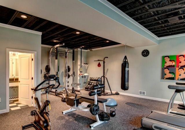 großes heim-fitnessstudio teppichboden hellblaue wandfarbe