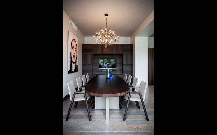 Tavolo ovale con base laccata e piano in eucalipto affumicato. #interiordesign #madeinitaly #furniture