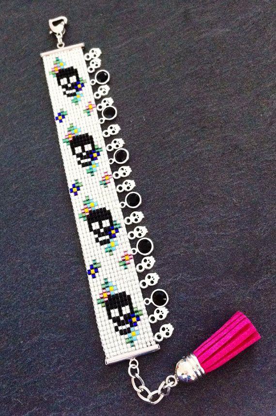 Bracelet Manchette Motif Tête de mort et fleurs et breloques. sur Etsy, 25,