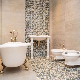 marokańska łazienka z ornamentami. Dekoracyjne płytki gresowe z bogatą ornamentyką przypominająca klimatem marokańską ceramikę to hit 2015. w połączeniu z płytkami imitującymi cement to rozwiązanie dla osób ceniących oryginalność i mocne akcenty. Ekspozycja w salonie Max-Fliz we Wrocławiu.