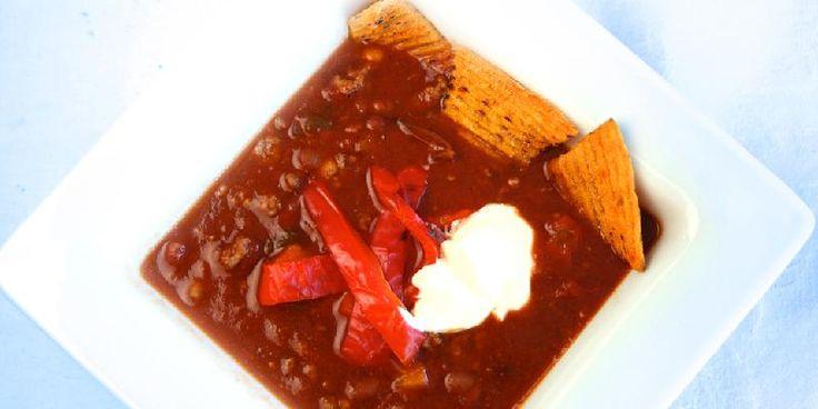 Chili con carne med rømme og tortilla - Chili con carne er nydelig hverdagsmat som metter og varmer. Det er overraskende enkelt å lage og når du serverer med tortillachips og rømme er suksessen sikret.