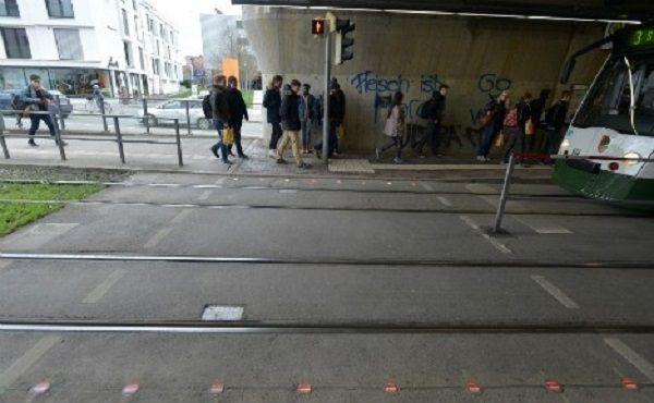 W niemieckim Augsburgu powstała sygnalizacja świetlna umieszczona na chodniku. Wszystko z myślą o osobach uzależnionych od smartfonów. Wiele osób jest zapatrzonych wsmartfony podczas ich używania. Nie chodzi tylko opisanie SMS-ów czy surfowanie po internecie, ale także korzystanie znawigacji czy robienie zdjęć.W trosce obezpieczeństwo wszystkich osób uzależnionych od smartfonów, władze Augsburga stawiają na sygnalizację świetlną umieszczoną