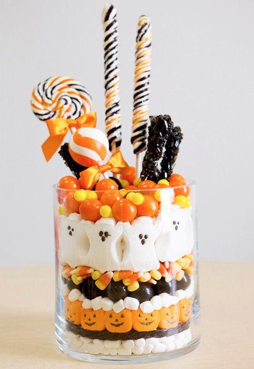 vaso di vetro pieno di caramelle di Halloween