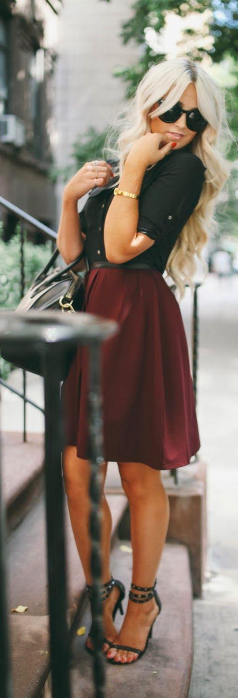Comprar ropa de este look: https://lookastic.es/moda-mujer/looks/camisa-de-vestir-falda-skater-sandalias-de-tacon-bolso-de-hombre-gafas-de-sol-pulsera/12869   — Gafas de Sol Negras  — Pulsera Dorada  — Camisa de Vestir Negra  — Bolso de Hombre de Cuero Negro  — Falda Skater Burdeos  — Sandalias de Tacón de Cuero Negras