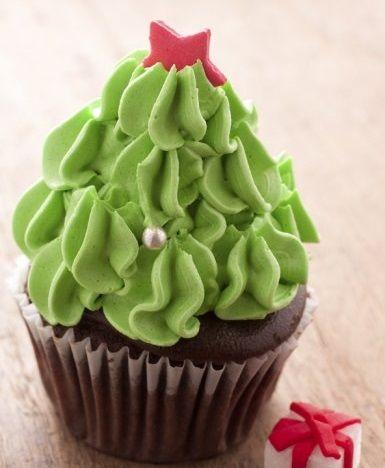 Cupcakes Albero di Natale sono una sfiziosa variante natalizia dei classici dolci americani, da preparare e decorare insieme ai più piccoli.