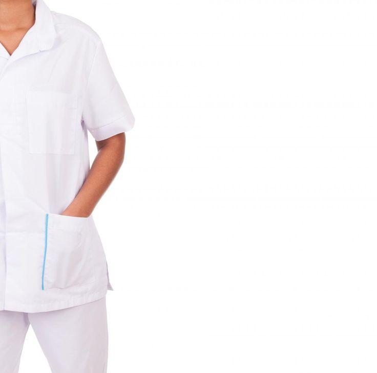 Verpleegkundige aan het werk in haar uniform