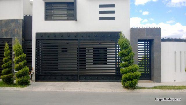 Puerta de garaje corrediza fabricada en hierro con barras horizontales