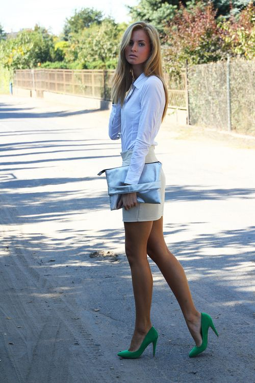 Love the green heels as a splash of color