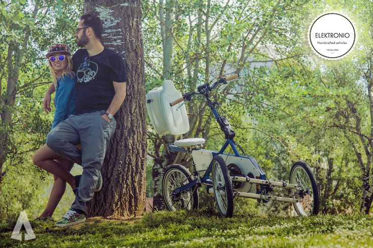 Περπατώντας στην οδό Βέροιας θα συναντήσεις δύο τρίτροχα ποδήλατα. Ανήκουν στον Παντελή και στην Άννα, στους ιδρυτές του Elektronio. Ο Παντελής τελείωσε ΤΕΙ Οχημάτων και έχει αναλάβει το κομμάτι της κατασκευής των ποδηλάτων. Η Άννα τελείωσε Δημοσιογραφία και έχει αναλάβει