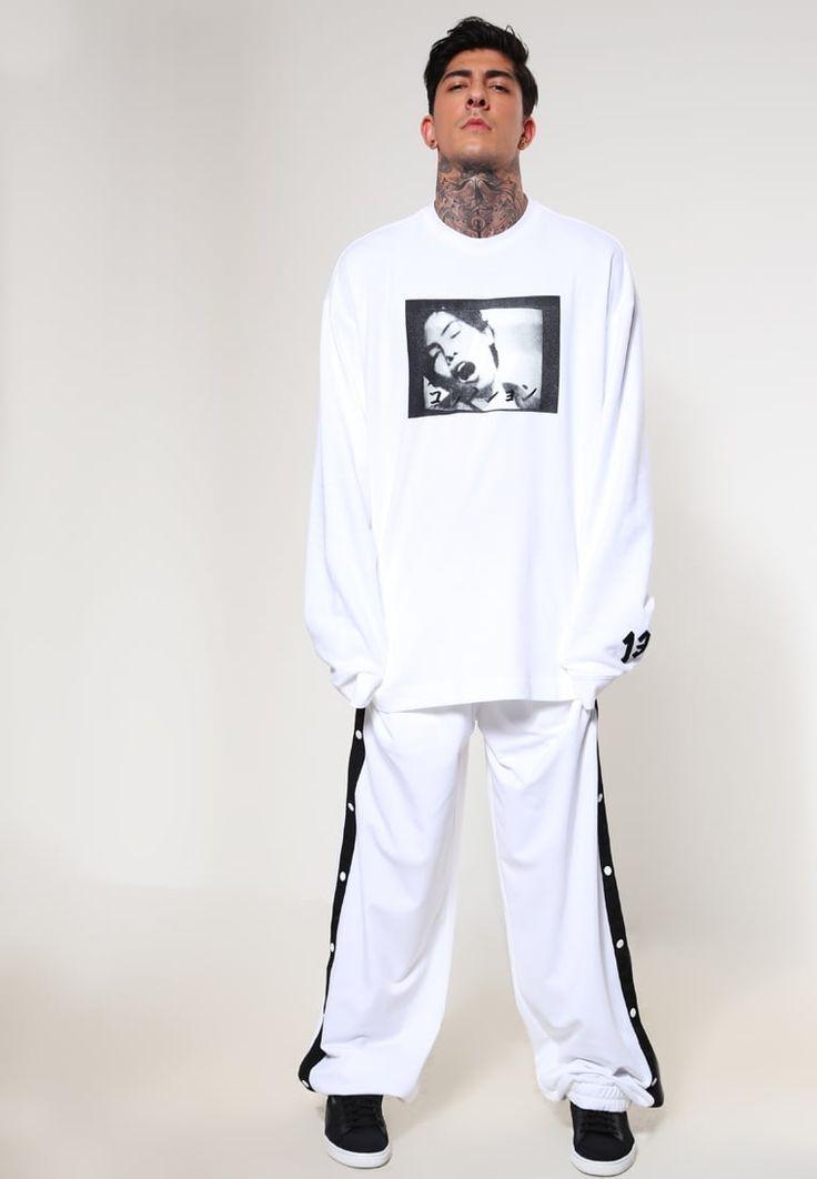 ¡Consigue este tipo de chándal de Fenty By Rihanna ahora! Haz clic para ver los detalles. Envíos gratis a toda España. Fenty PUMA by Rihanna TEARWAY Pantalón de deporte white: Fenty PUMA by Rihanna TEARWAY Pantalón de deporte white Ofertas   | Material exterior: 100% poliéster | Ofertas ¡Haz tu pedido   y disfruta de gastos de enví-o gratuitos! (chándal, tracksuit, sweatpants, track, sweatpant, sweat pant, chandals, chándals, comfort fit, chandal, deportivos, deportivo, pantalón d...