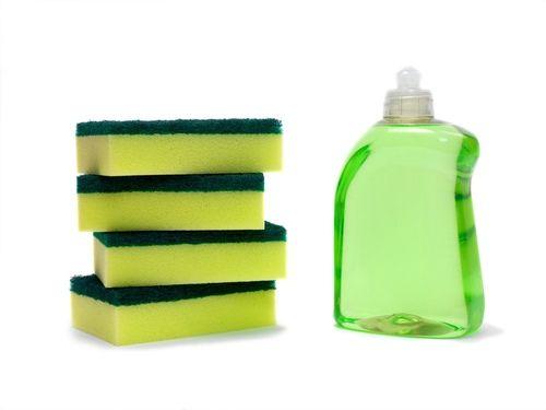 Aprenda como limpar e desinfetar aquela esponja que você usa para lavar a louça e proteja sua família contra doenças. Dica super fácil e eficiente. Confira.