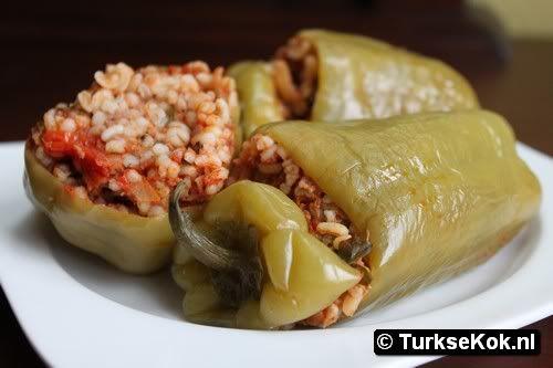 Bulgurlu biber dolmasi / gevulde paprika met rijst