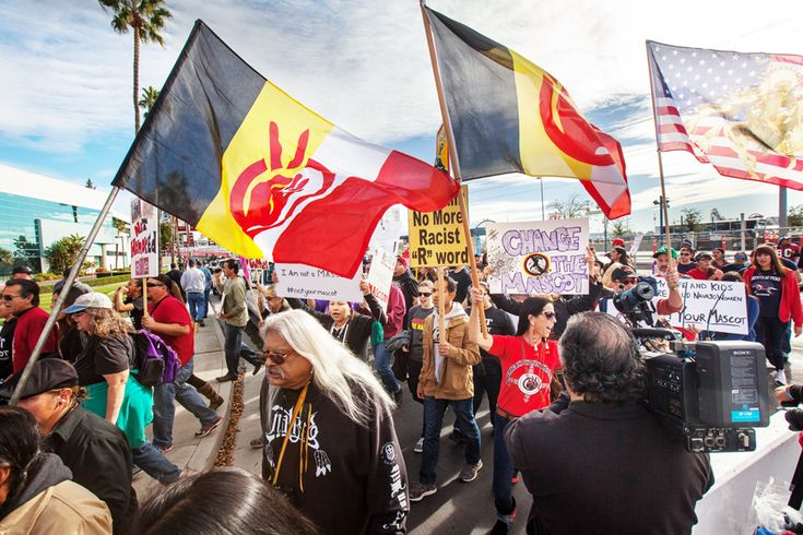 Hundreds marched outside Levi's Stadium in Santa Clara on Nov. 23 in protest of the Washington Redskins' name before their NFL game against the San Francisco 49ers. / Cientos marcharon afuera del Estadio Levi's el 23 de noviembre en protesta por el nombre de los Redskins de Washington. Photo Santiago Mejia