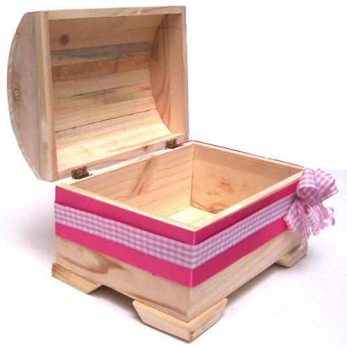 Este es el baúl en donde llega el kit de bienvenida para el bebe recien nacido. Se adorna con cinta rosa o azul dependiendo si el bebé es niña o niño.