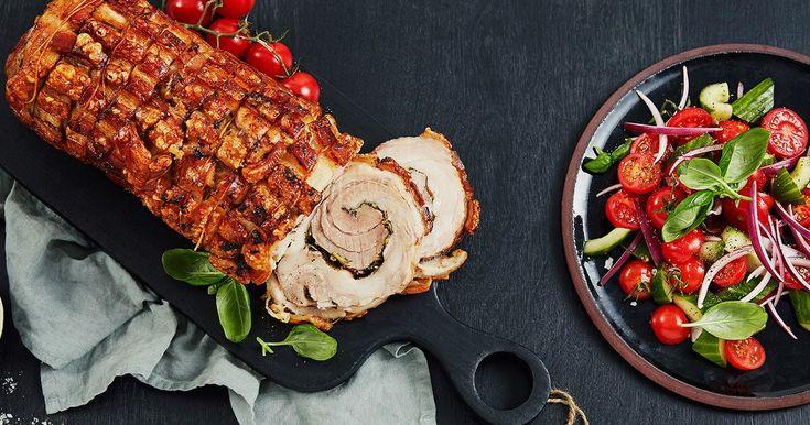 Rullet som en porchetta med timian, rosmarin og hvitløk. Serveres med frisk tomatsalat.