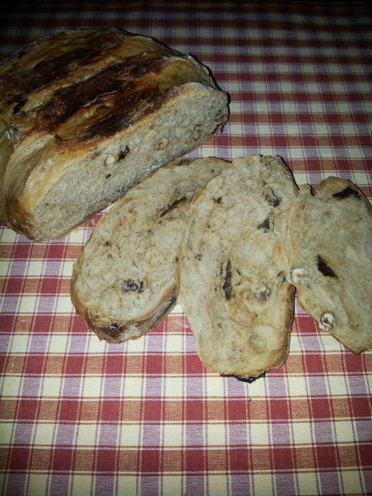 """Quand j'étais petite, il y a avait une boulangerie """"le four à bois"""" à Reims qui faisait un pain royal, j'ai essayé de retrouver ce goût de mon enfance en mélangeant plusieurs recettes, à l'origine il n'y avait pas de pruneaux ( c'est ma petite touche à moi). Même si je n'atteins pas le niveau de leur pain,je m'en approche ."""