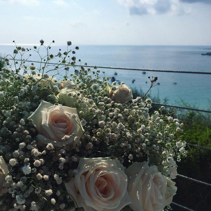 Lovely  #perfect #view #bouquet #roses #bluesea #flowers #beautiful #beach #cliff #love #couplegoals #summer #sunshine