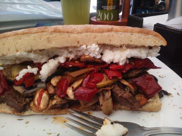 """El Berlusconi, así se llama esta delicia. Arbequina se llama la sandwichería ubicada en el Barrio Bellavista que ofrece estos """"ricos"""" sánguches!! En Capellán Abarzúa #8 , no se lo pierdan, 100% recomendables !!!"""