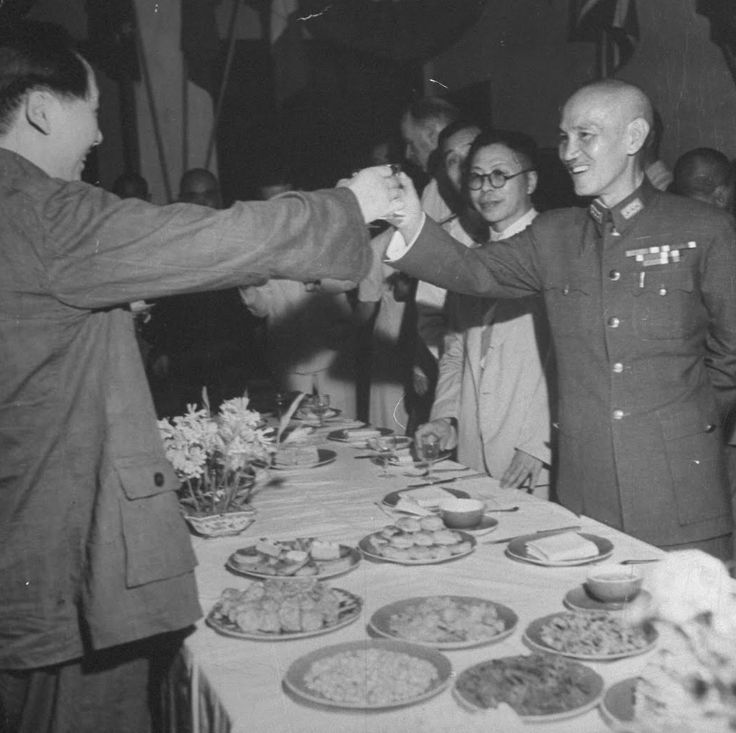 Jack Wilkes1945-09 该作品的收藏者: LIFE Photo Collection Communist Chinese leader Mao Tse Tung (L) and Chinese Gen. Chiang Kai Shek toast one another during a celebration of the end of WWII following the surrender of Japan.