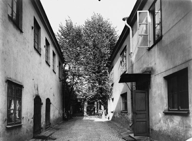Vuonna 1908 Falkmanin piha näytti tältä. Vuonna 2016 piha avataan kaupunkilaisille, jolloin siellä voi vaikkapa kuunnella elävää musiikkia, katsella kesäteatteria, syödä eväitä lounastunnilla tai viettää omia 50-vuotisjuhliaan. Kuva: Helsingin kaupunginmuseo / Signe Brander