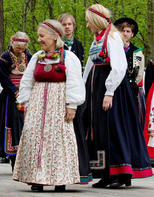 To fine eksemplarer av bringeklutbunad fra Vest-Telemark.