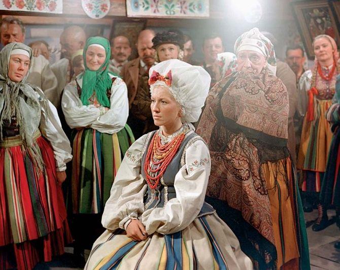 Oczepiny. Tradycja ludowa - czepiec. Zdjęcia: Aleksander Dutkiewicz, Karolina Migurska, Polfilm/EastNews, Shutterstock  #oczepiny #ślub #czepiec #staropolskie #obyczaje #tradycja #stare #lud #średniowiecze #wiek #suknie #ludowy #panna #dziewka #żona #obyczajowość #czapki #welon #moda #vintage #old #woman #girl #bride #wedding