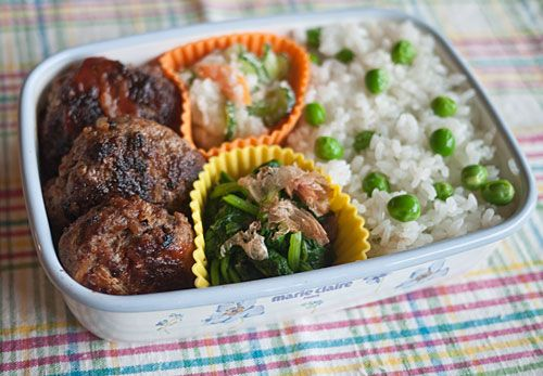 Simple but delicious bento (yes, there is meat) try it for yourself!  Another win from my favorite bento site. =3