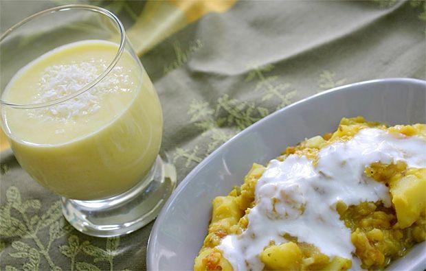 Vöröslencsés burgonyacurry és mangó lassi