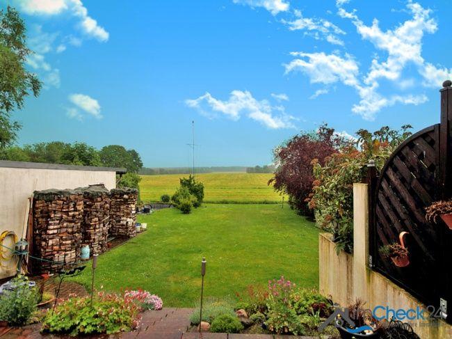 Gartenbereich mit Ausblick auf die angrenzenden Felder.