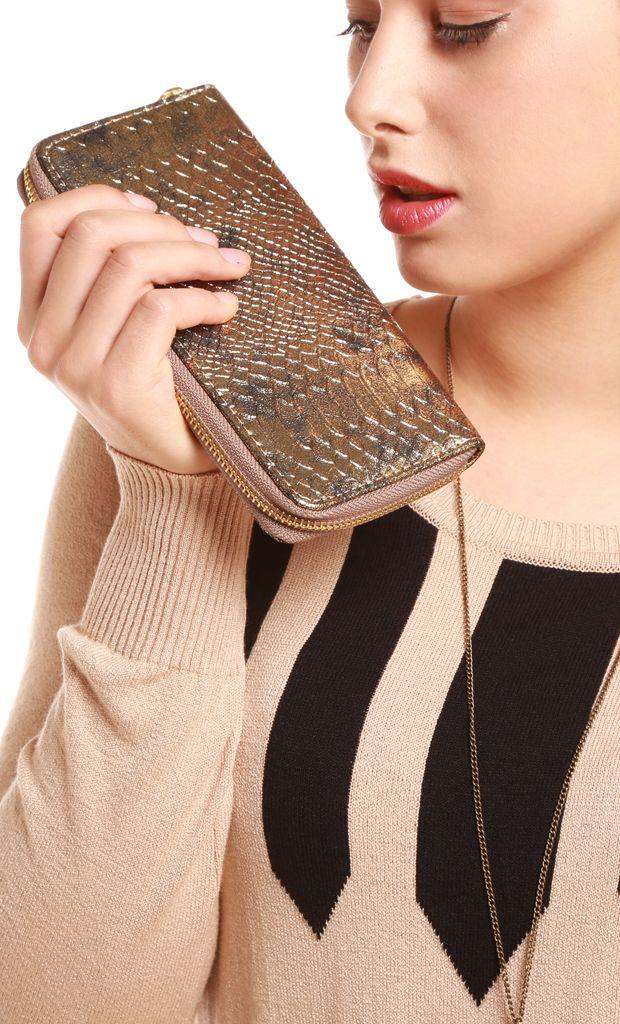 Billetera de mano en ecocuero con relieve en piel de reptil, cierre en C con 4 espacios de guardado, porta tarjetas y cierre metálico. Más info: http://www.fashion-delivery.com/index.php?id_product=522&controller=product#.U8BFt_l5P9s