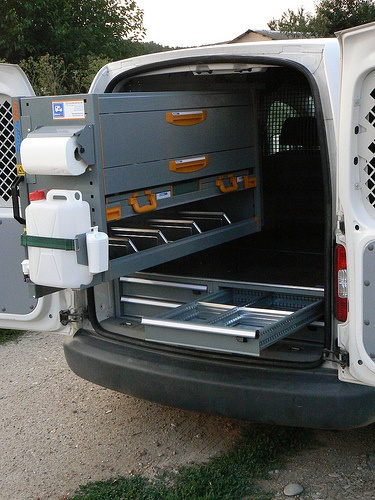 Echipare VW Caddy cu podea dubla si raft extractabil.
