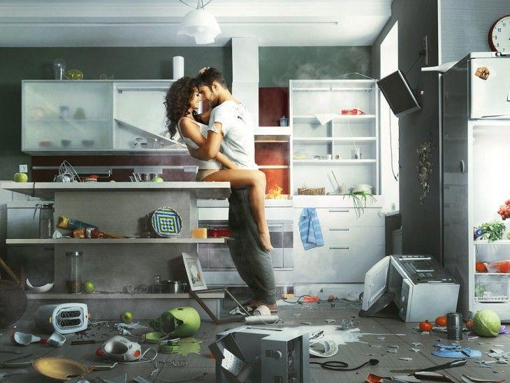 pareja de novios besándose en la cocina mientras hay trastes tirados