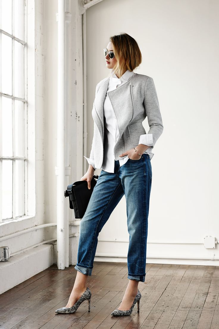 Me encanta esta mezcla de estilo Profesional/Casual.. aunque la botamanga del jean asi arremangada no me convence del todo. Pero tiene su toque . Our new favorite shade of gray. Style Banana Republic's Boxy Zip Blazer with cuffed boyfriend jeans with for a relaxed-chic look.