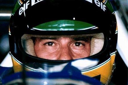 """Ayrton Senna da Silva (San Paolo, 21 marzo 1960 – Bologna, 1º maggio 1994): """"Il mio nome è Ayrton e faccio il pilota e corro veloce per la mia strada anche se non è più la stessa strada anche se non è più la stessa cosa anche se qui non ci sono i piloti  anche se qui non ci sono bandiere anche se forse non è servito a niente  tanto il circo cambierà città tu mi hai detto - chiudi gli occhi e riposa -  e io adesso chiudo gli occhi…"""" [Lucio Dalla cit.]"""