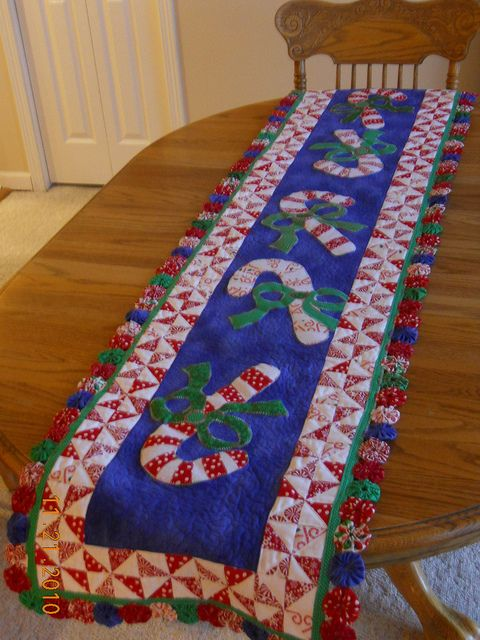 Isn't this the cutest table runner!!! Peppermint lane quilt | Candy Cane Lane…