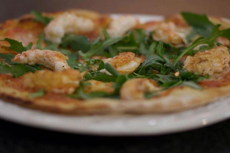 Langoustines zijn een delicatesse. Je voert echter geen grote culinaire kunsten uit als je de langoustines schikt op een eenvoudige zelfgebakken pizza. Maar zo krijgt die populaire Italiaanse broodschijf in één klap wel een flinke upgrade. Uiteraard gaat zo