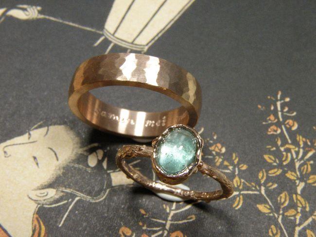 * wedding rings | oogst-sieraden * Trouwringen * Roodgouden ovale ring met hamerslag * Roodgouden takjesring met ovale groene toermalijn * Maatwerk *