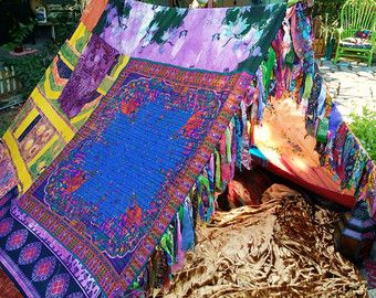 FAIT à l'ordre de 2-3 semaines Doit acheter... tout dabord votre tente sera similaire dans les couleurs et le style de celle sur la photo  Commentaires: « les photos étaient belles et jai donc pris une chance sur la qualité. Je nétais pas déçu ! Je suis très heureux avec ma nouvelle tente de chiot Boho Gypsy. Il est grand - spacieux - les couleurs et les matériaux utilisés sont amusants et impertinent. Plus HippieWild va sauvage à faire les pompons qui ajoute plus de magie. Si vous êtes à la…